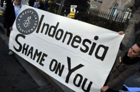 Rights activists hold a banner outside the Indonesian embassy in Washington D.C. on Tuesday. (Photo: AFP)