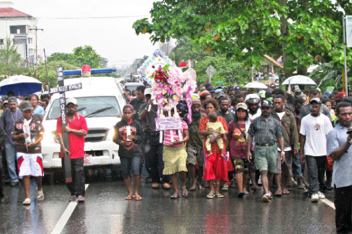 The final march: Hundreds of people take part in the funeral procession of Papuan rebel leader Kelly Kwalik in Mimika Baru, Papua, under tight security on Tuesday. Kelly was shot dead by police during a raid in Timika last Wednesday.  JP/Markus Makur